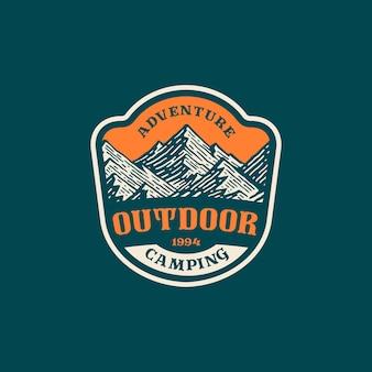 빈티지 디자인의 산과 모험의 로고 배지.