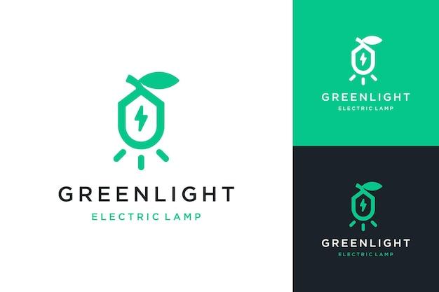 나뭇잎과 전기 기호로 빛나는 조명 또는 에너지 절약 전기 램프 또는 조명 로고