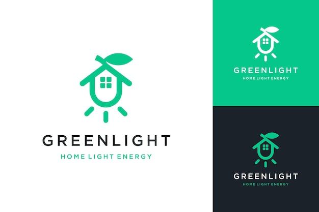 집과 나뭇잎과 함께 빛나는 조명 또는 에너지 절약 램프 또는 조명용 로고