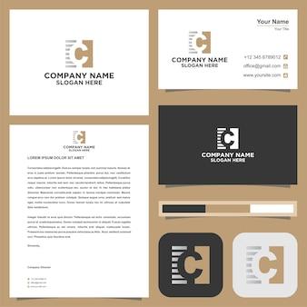 Начальная буква c логотипа в сочетании с квадратной концепцией на визитной карточке премиум векторы