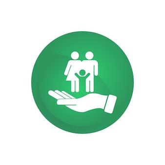 Логотип символа счастливой семьи на ладони в зеленом круге. отец с матерью и ребенком. eps 10