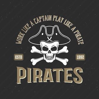 Логотип пиратов печати с веселым роджером в треуголке, векторная иллюстрация