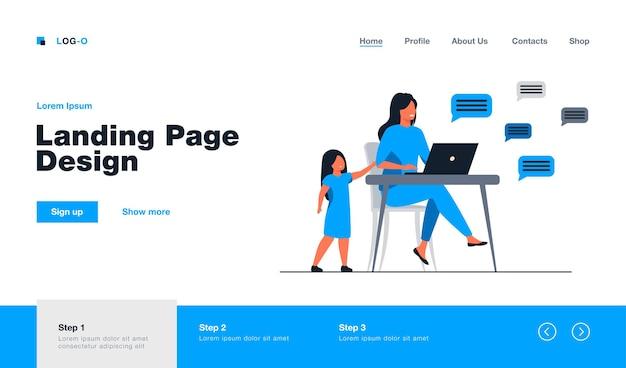 Одинокая девушка стоя и мама в чате в социальных сетях. ноутбук, ребенок, родительская плоская иллюстрация