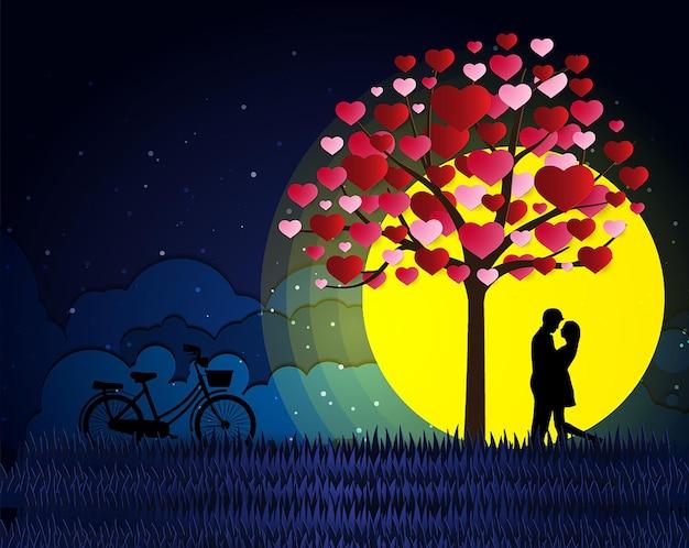 Любовь и день святого валентина влюбленные стоят на лугах у воздушного шара в форме сердца из бумаги