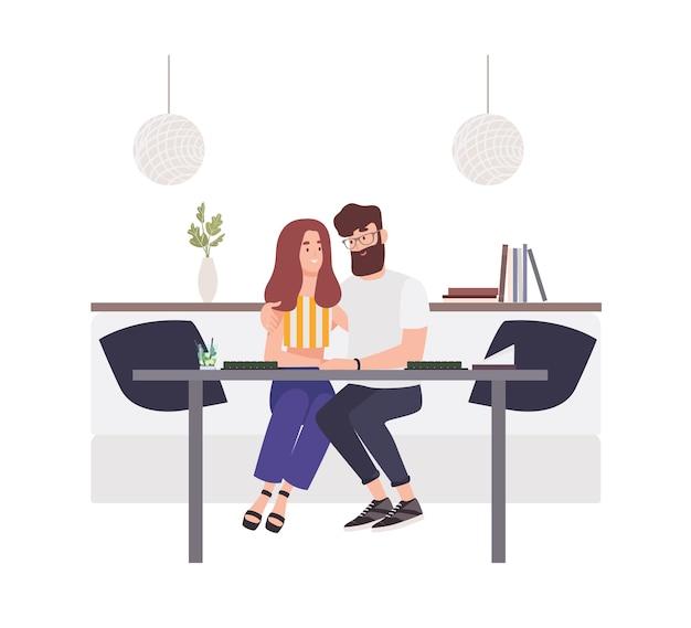 카페 테이블에 앉아 서로 껴안은 사랑스러운 커플. 행복한 남자 친구와 여자 친구. 젊은 남자와 사랑에 빠진 여자. 낭만적 인 데이트에 귀여운 재미있는 소년과 소녀