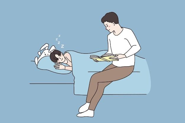 사랑하는 아버지는 침대에서 작은 아들을 위해 책을 읽었습니다.