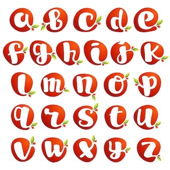 Строчный алфавит в всплеске свежего сока с зелеными листьями. векторные элементы можно использовать для натуральных компаний, экологических презентаций, органических открыток или постеров для веганских кафе.