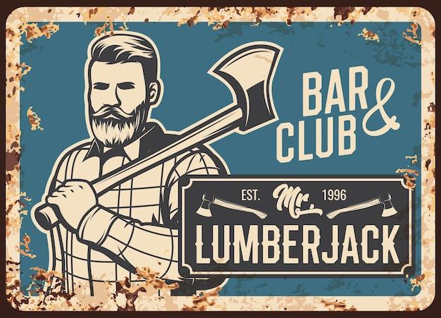 斧、金属のさびたプレートを持つ木こりの男。伐採手斧付き木こりヒップスター