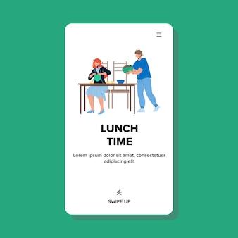 점심 시간에는 레스토랑 테이블 벡터에서 사람들이 있습니다. 남자와 여자는 맛있는 음식을 먹고 점심 시간에 뜨거운 음료를 마십니다. 함께 카페에서 쉬고 있는 캐릭터 웹 플랫 만화 일러스트 레이 션