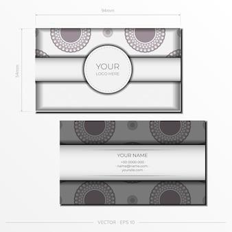 Роскошный дизайн открытки белого цвета с темными греческими узорами. вектор пригласительный билет с местом для текста и старинного орнамента.