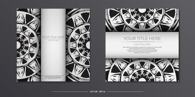 豪華なポストカードテンプレートインドのパターンと白い色。マンダラ飾り付きの印刷可能な招待状のデザイン。