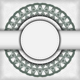 짙은 그리스 패턴이 있는 고급스러운 벡터 인쇄 준비가 된 흰색 엽서 디자인. 텍스트 및 빈티지 장식품을 위한 장소가 있는 초대 카드 템플릿.