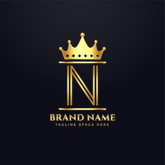 Logo del marchio di lusso per la lettera n con corona
