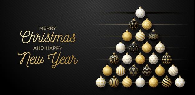 豪華なクリスマスと新年のグリーティングカード。クリスマスと新年のお祝いのための黒い背景に光沢のある黄金、黒と白のボールによって作られた創造的なクリスマスツリー。
