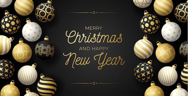 Роскошное рождественское и новогоднее горизонтальное приветствие с границей игрушки дерева. реалистичные фенечки.