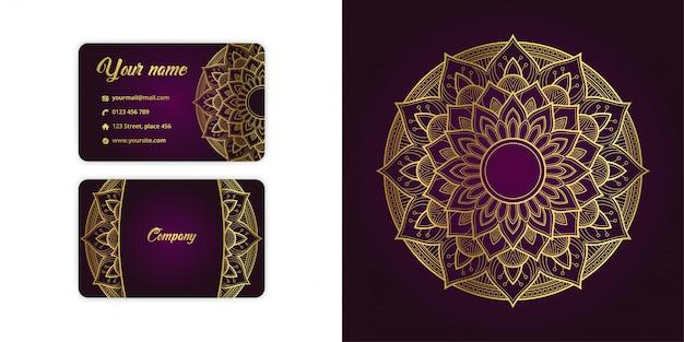 Роскошная золотая визитная карточка арабески с мандалой и причудливый фон на элегантном пурпурном цвете