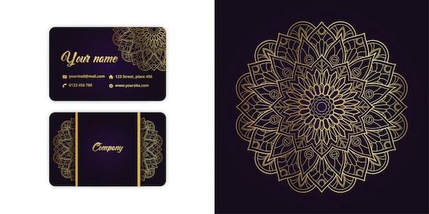 Роскошная золотая визитная карточка арабески мандалы и фон арабески на элегантном фиолетовом цвете