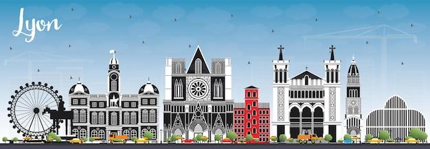 色の建物と青い空とリヨンフランスの街のスカイライン