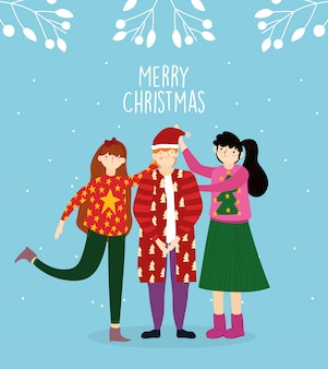 Mいセーターを着ているメリークリスマスのお祝い家族は雪の装飾を残す
