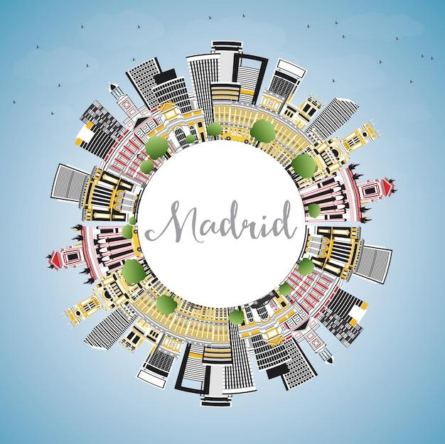 회색 건물, 푸른 하늘 및 복사 공간이 있는 마드리드 스페인 도시의 스카이라인. 벡터 일러스트 레이 션. 역사적인 건축과 비즈니스 여행 및 관광 개념입니다. 랜드마크가 있는 마드리드 도시 풍경.