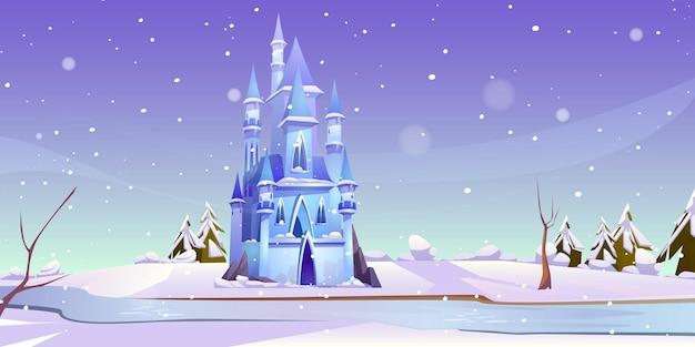 Castello magico al giorno di inverno sulla riva del fiume ghiacciato.