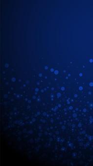 마법의 별은 크리스마스 배경을 희박합니다. 짙은 파란색 배경에 미묘한 날아다니는 눈 조각과 별. 재미있는 겨울 은색 눈송이 오버레이 템플릿입니다. 크리에이 티브 세로 그림입니다.