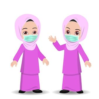 Малайская девушка в хиджабе носит маску для лица