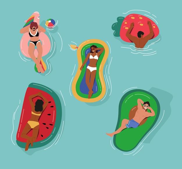 바다, 바다 또는 수영장에서 풍선 매트리스에 떠 있는 남성과 여성 캐릭터. 즐거운 시간을 보내는 다양한 사람들
