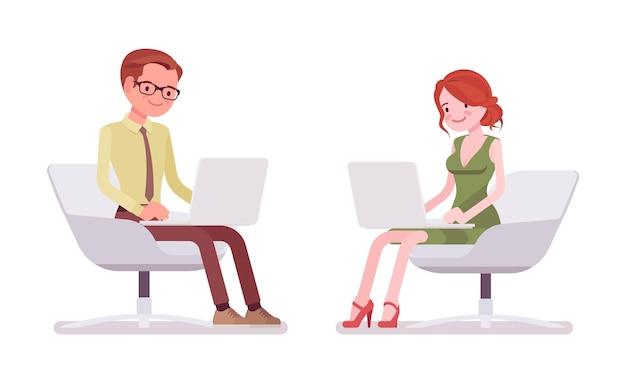 男性と女性の店員が座って働いています
