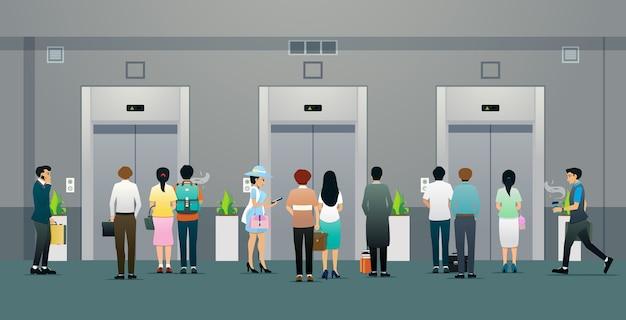 Офисные работники мужского и женского пола ждут лифта