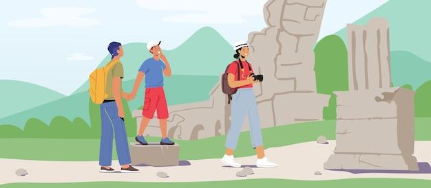 Персонажи-туристы мужского и женского пола посещают достопримечательности, фотографируют античные руины на фотоаппарат. поездка за границу, услуги туристического агентства, люди на экскурсии. векторные иллюстрации шаржа