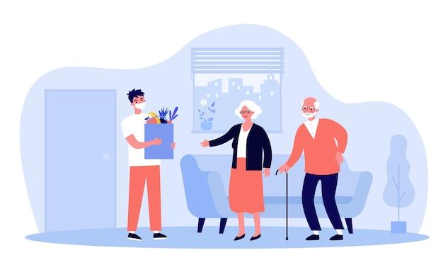 男性宅配便の製品と小包を高齢者の家に配達するマスクを着用しています。スーパーから食品を注文する老夫婦。ウイルス、流行、ロックダウンの概念図