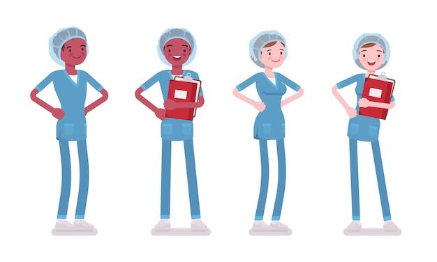 笑みを浮かべて立っている男性、女性看護師