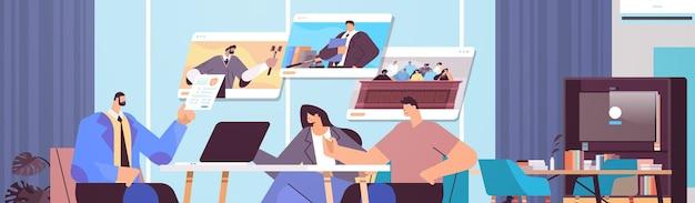 법률 및 법률 자문 서비스 온라인 상담 개념 현대 사무실 내부 수평 초상화를 만나는 동안 고객과 논의하는 남성 변호사 또는 판사