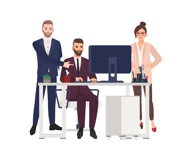 Менеджеры-мужчины, работающие на компьютере в офисе, вносят исправления в проект