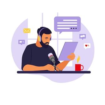 スタジオでポッドキャストを録音するマイクに話しかける男性のポッドキャスター。テーブルフラット付きラジオホスト。