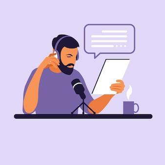 Мужской подкастер разговаривает с микрофоном, записывая подкаст в студии.