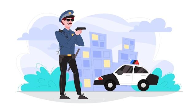 Офицер полиции мужского пола держит пистолет. полицейский патрулирует город.