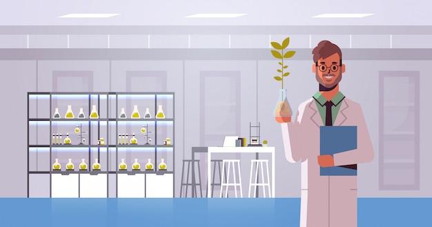 Мужчина ученый, изучения образца растений в пробирке человек