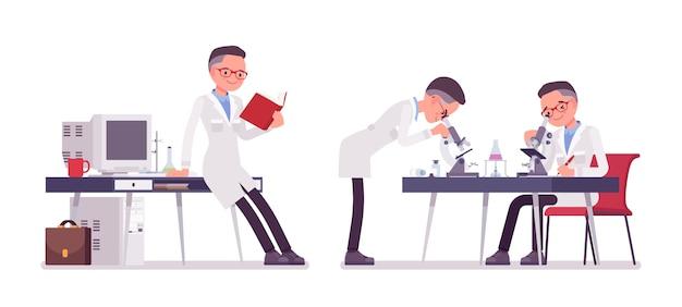 Мужской ученый работает
