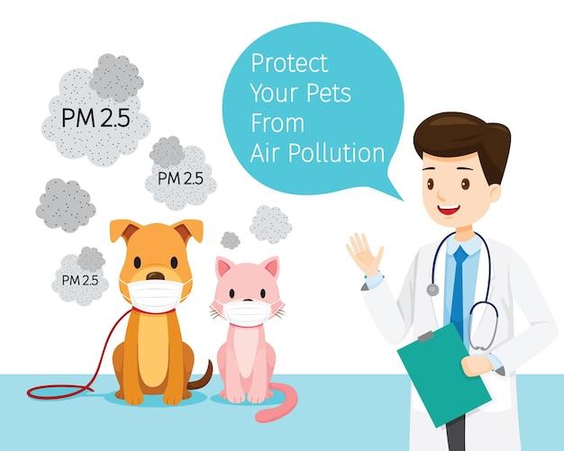 ほこりを保護するために大気汚染マスクを身に着けている犬と猫を持つ男性獣医