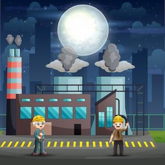 Рабочие-мужчины, стоящие перед зданием фабрики