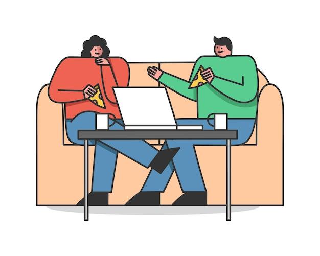 男と女はカフェや自宅でソファに座ってピザを食べています