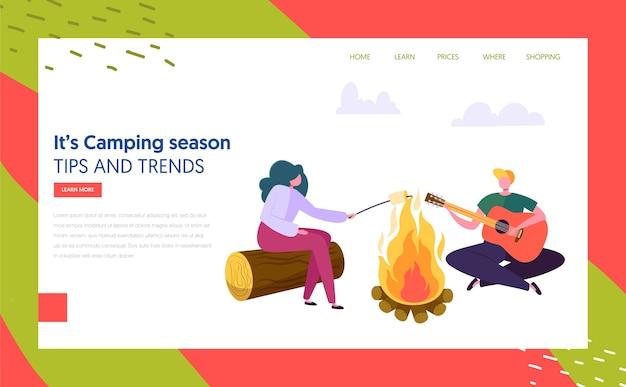 ギターを弾く男女のキャラクターは、フォレストランディングページの焚き火の近くでマシュマロを揚げます。ネイチャーサマーアウトドアキャンプ。 active rest conceptwebサイトまたはwebページ。フラット漫画ベクトルイラスト