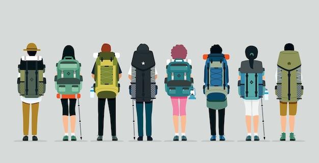 灰色の背景を持つ男性と女性のハイキングバッグ。
