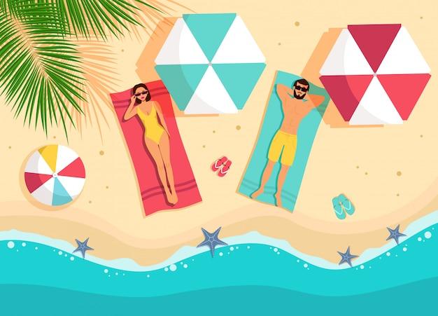 Мужчина и женщина, лежа на пляже. верхний угол обзора. привет летние каникулы