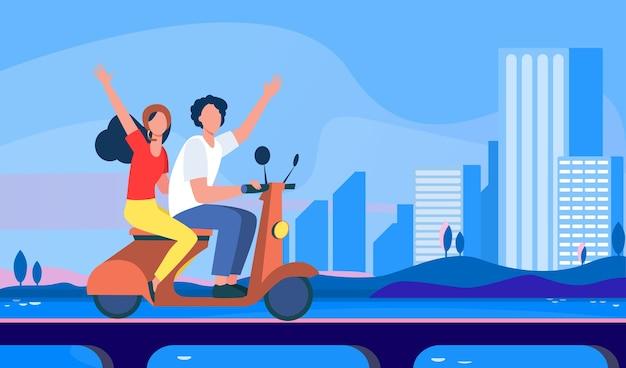 街で自転車に乗る男女。