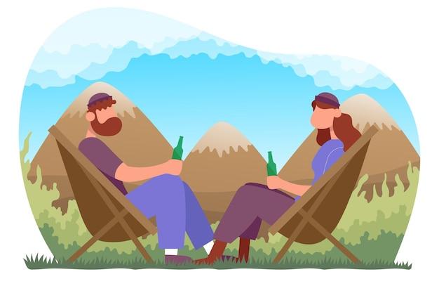 キャンプの椅子に座って、ボトルのビールを飲む男性と女性屋外ハイキングのコンセプト