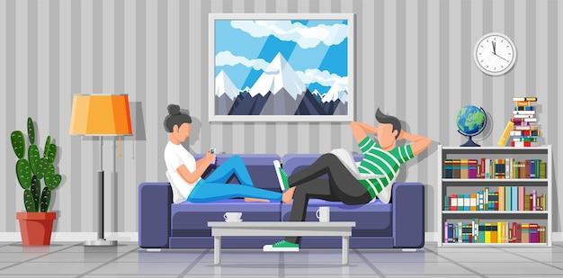 남자와 여자는 노트북과 스마트폰으로 소파에 앉아 있습니다. 노트북과 소파에 앉아 전화를 사용하는 소녀와 소년. 프리랜서 부부는 집에서 일합니다. 온라인 교육, 학습. 평면 벡터 일러스트 레이 션