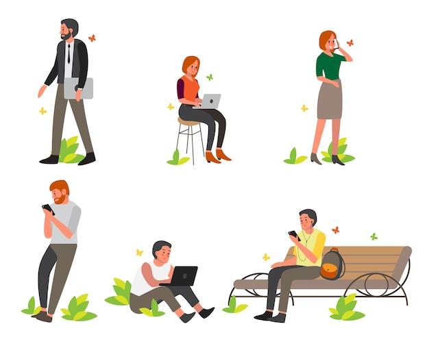 휴대 전화 및 노트북 세트 남자와 여자. 여성 및 남성 캐릭터 보유 장치. 외부에서 휴대 전화를 사용하는 사람들. 인터넷 중독.
